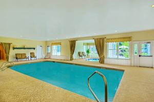 600-Pointe-Hotel-Pool